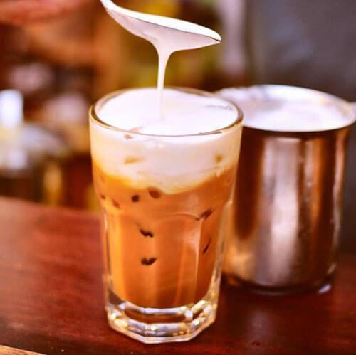 Latte đá với ca đánh sữa lạnh